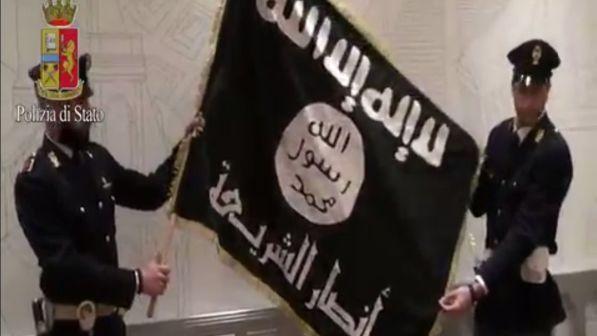 Allarme Interpol: 50 combattenti dell'Isis sbarcati in Italia