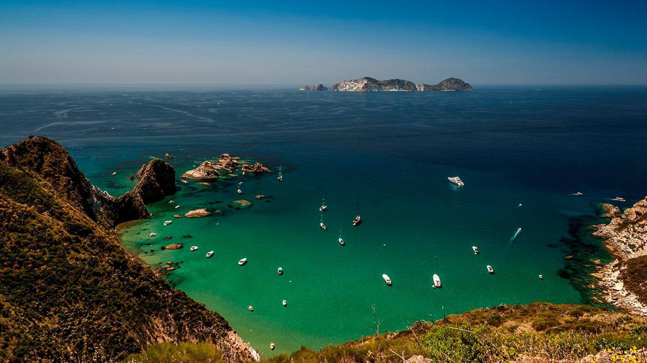 Ponza, tropico italiano: mare di cristallo e spiagge d'oro