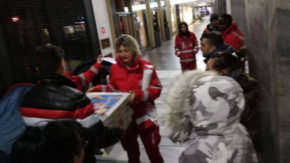 Ordinano 60 pizze, ma non si presentano: il titolare le regala ai senzatetto