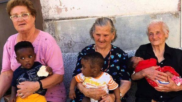 Benevento, le nonne di Campoli con i bimbi dei migranti in braccio: l'altro volto dell'accoglienza italiana