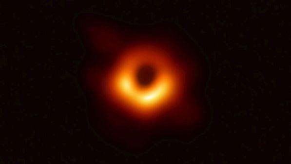 """Spazio, gli scienziati mostrano per la prima volta la """"fotografia"""" di un buco nero"""