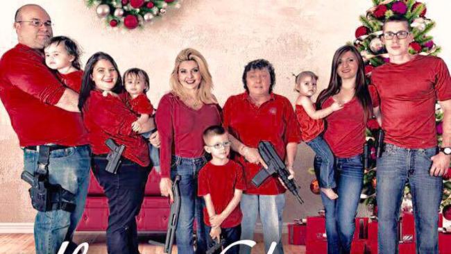Pistole e mitragliette sotto l'albero: la foto-provocazione di una deputata Usa