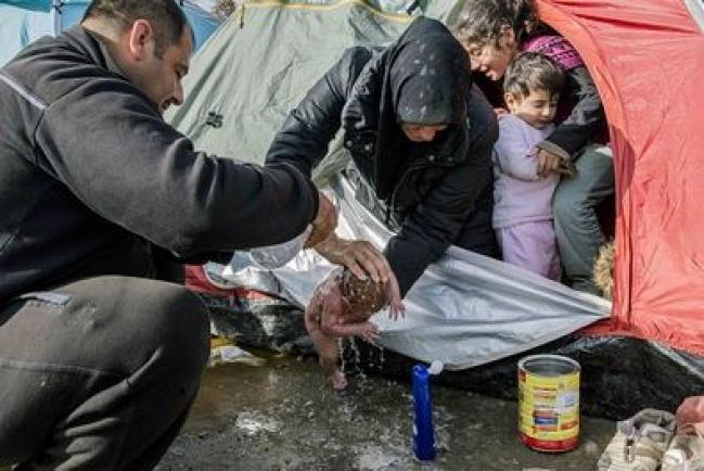 Idomeni, vagiti tra i profughi Donna partorisce bimbo nel campo
