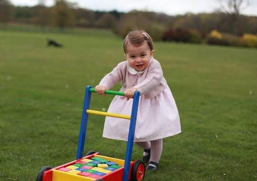 Charlotte, per il primo compleanno un sonaglino tempestato di pietre preziose (clicca la foto e leggi l'articolo)