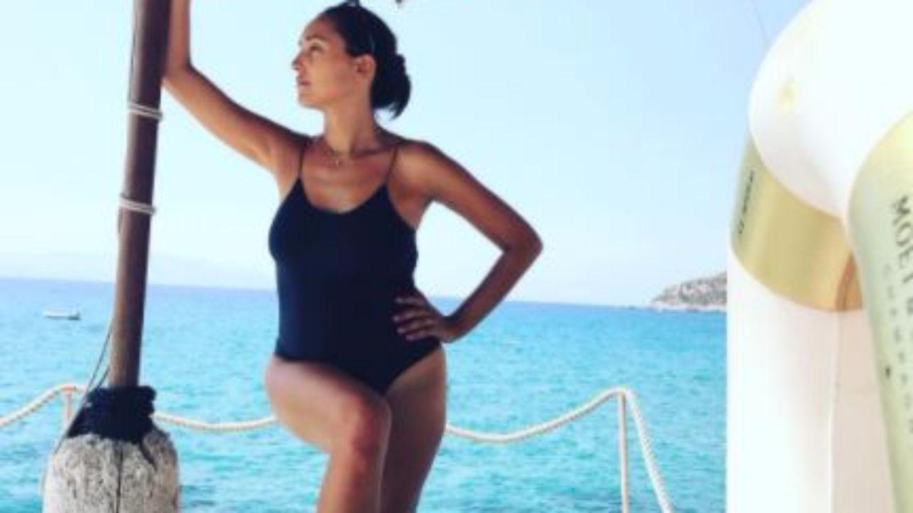 Caterina Balivo in costume, guarda la neomamma al mare - Tgcom24