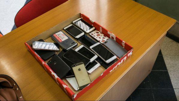 Scuola, scontro sull'uso dei cellulari in classe: per il ministro Bussetti, telefoni utili per la didattica