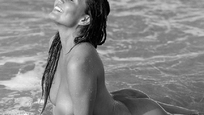 Chrissy Teigen nuda tra le onde per il suo John Legend