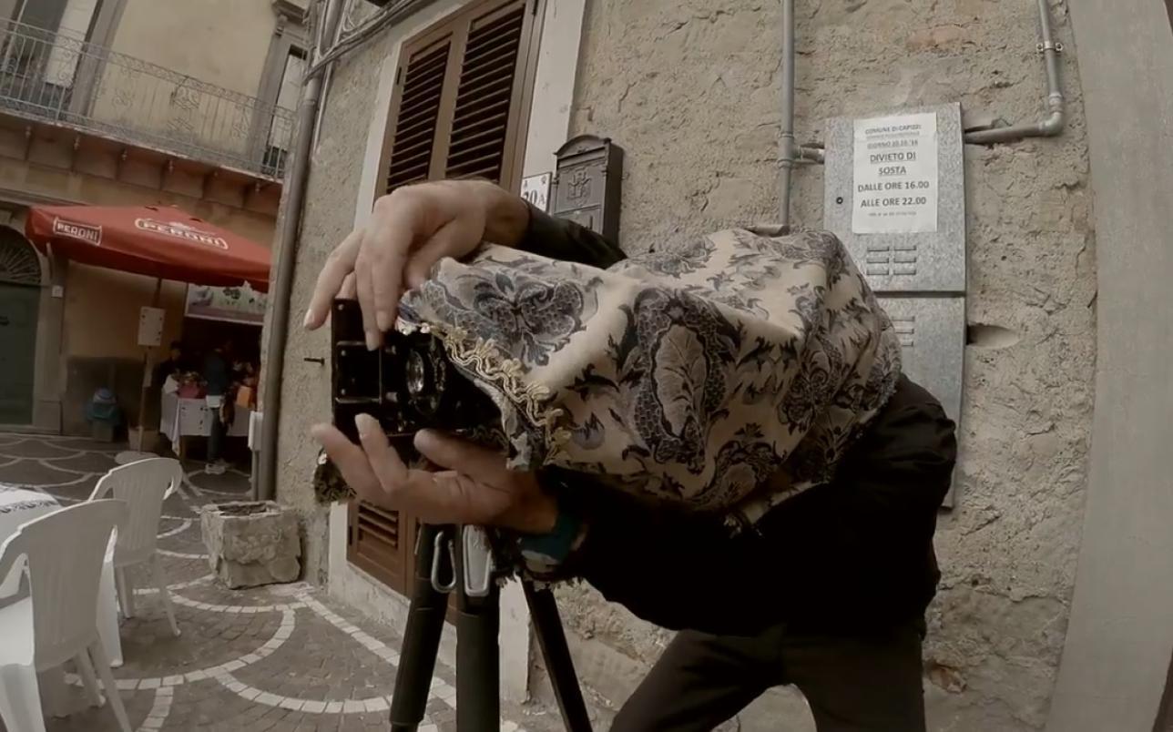 Camere Oscure Cuneo : In sicilia lultimo fotografo itinerante armato di camera oscura e