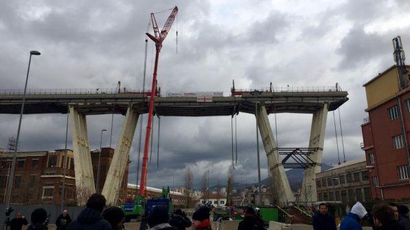 Genova, demolizione del ponte Morandi: iniziata la discesa della trave tampone