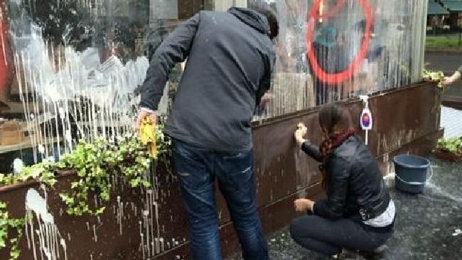 Black bloc devastano Milano: i milanesi la ripuliscono subito