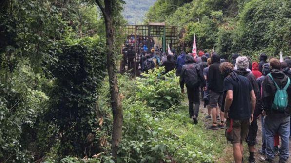 Val di Susa, i No Tav forzano la zona rossa e raggiungono il cantiere | La polizia lancia i lacrimogeni