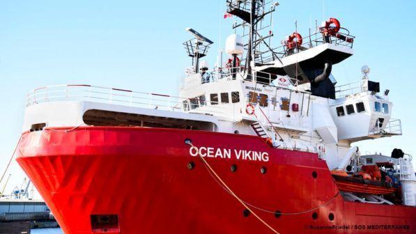 la ong ocean viking in arrivo a lampedusa con 356 migranti irregolari a bordo