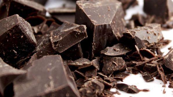 Colpisce collega con una barra di cioccolato e le provoca trauma cranico