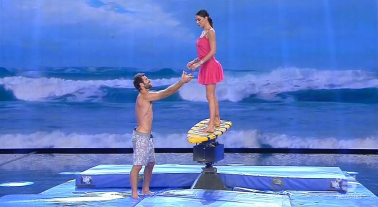 Belen surfista sexy a Tu Si Que Vales - Tgcom24