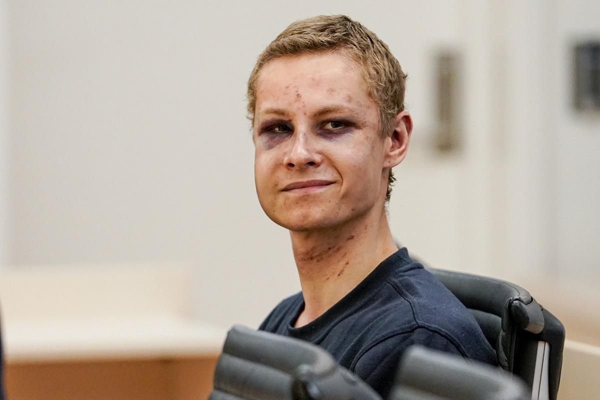 Il ghigno dell assalitore della moschea di Oslo | Ma Manshaus arriva in tribunale coperto di lividi