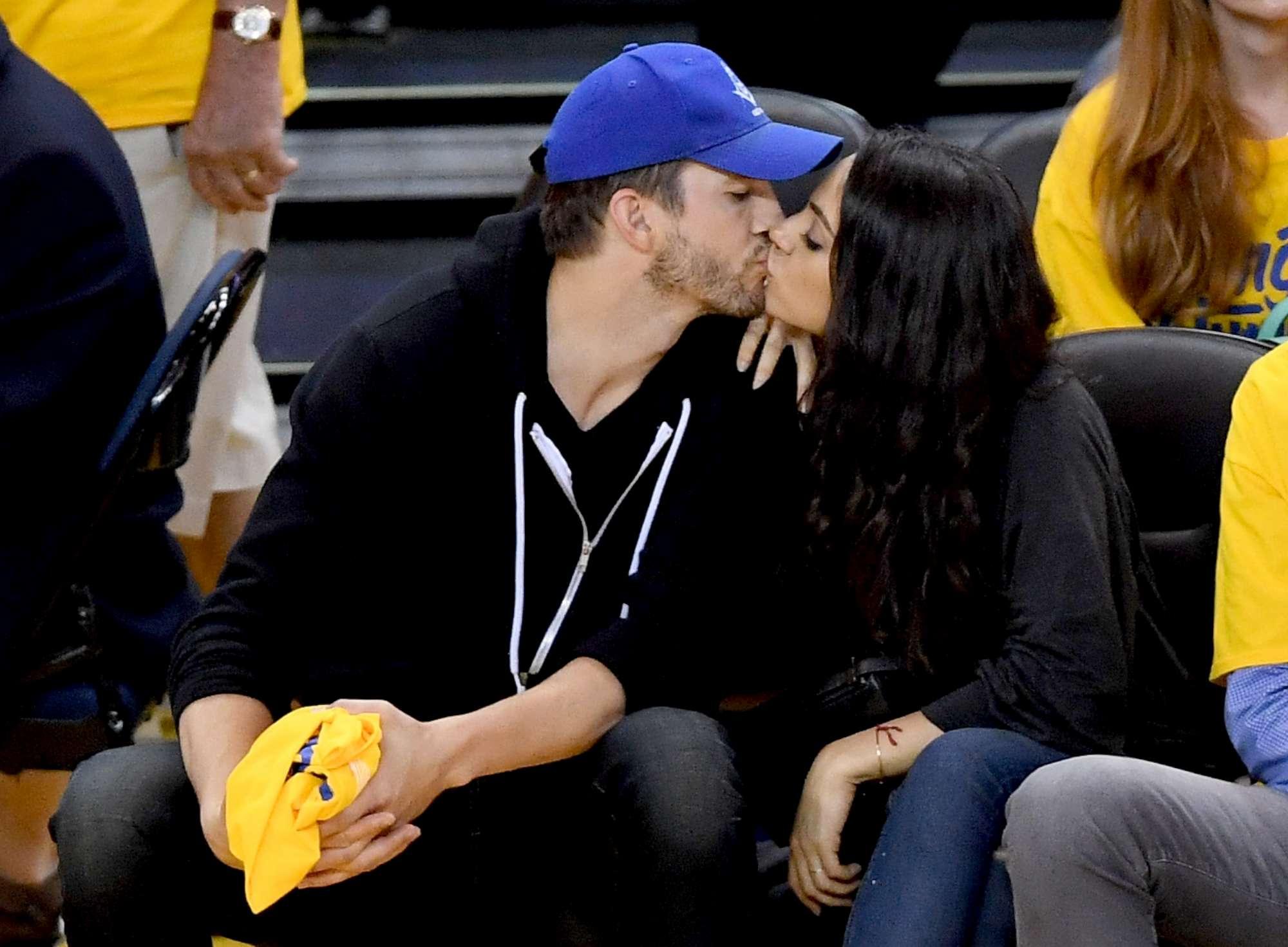 Mila Kunis e Ashton Kutcher genitori bis e innamorati