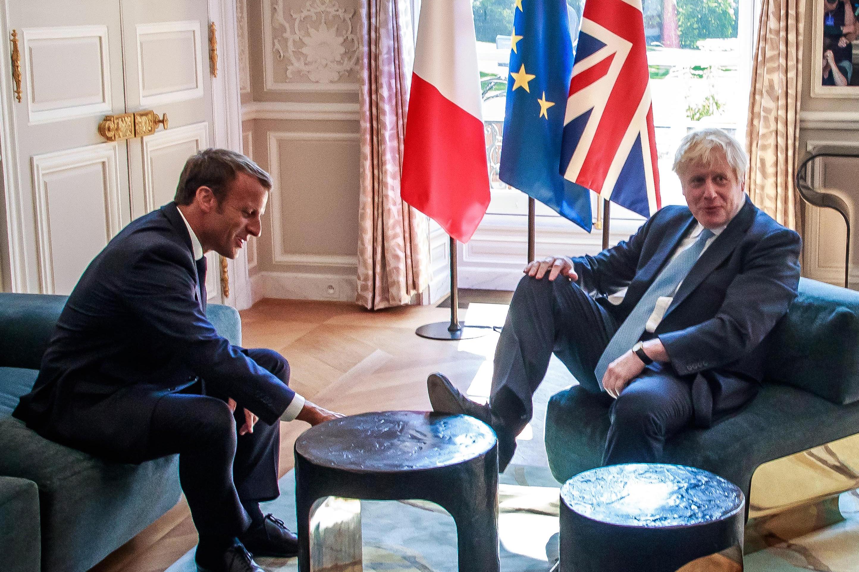 Boris Johnson all Eliseo come a casa sua: piedi sul tavolino al colloquio con Macron