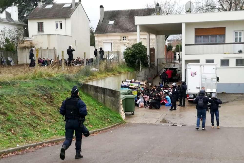 Gilet gialli, polizia fa inginocchiare gli studenti di un liceo: polemiche