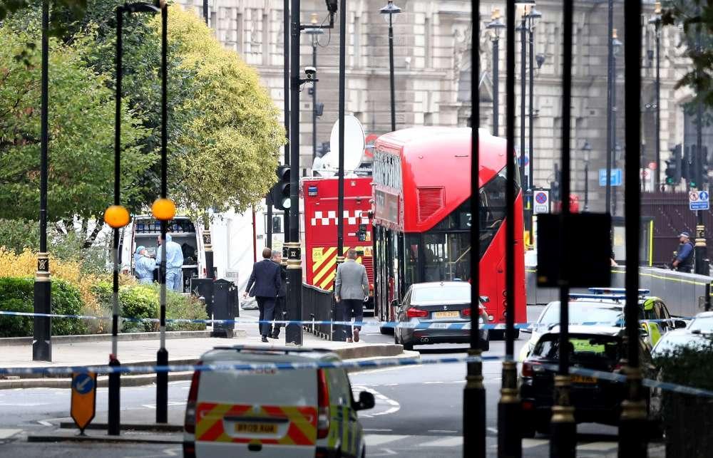 Londra, un auto si schianta contro le barriere fuori dal Parlamento