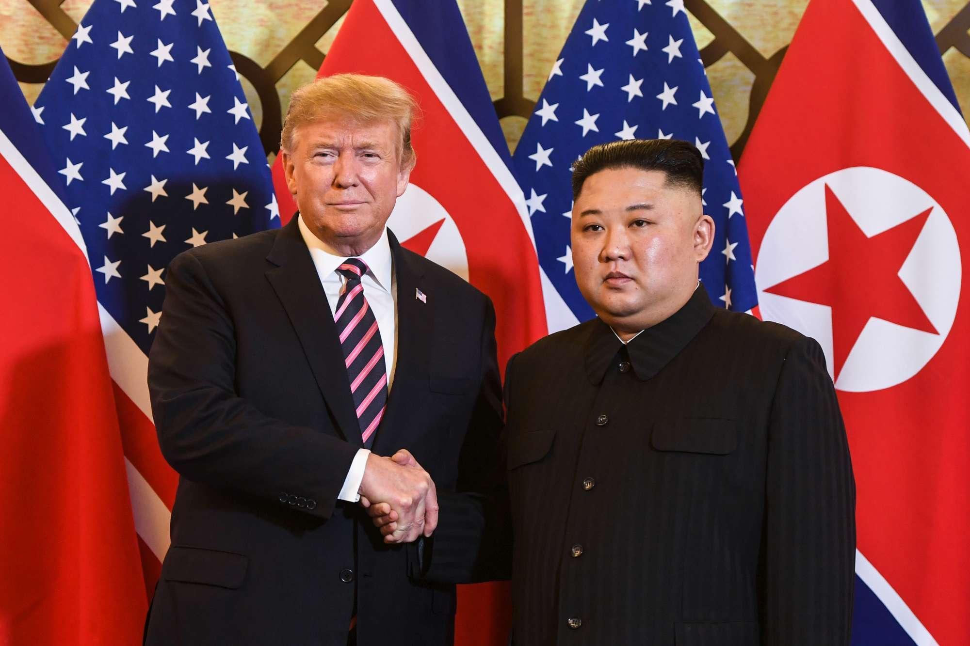 Usa-Nordcorea, ad Hanoi la stretta di mano tra Trump e Kim