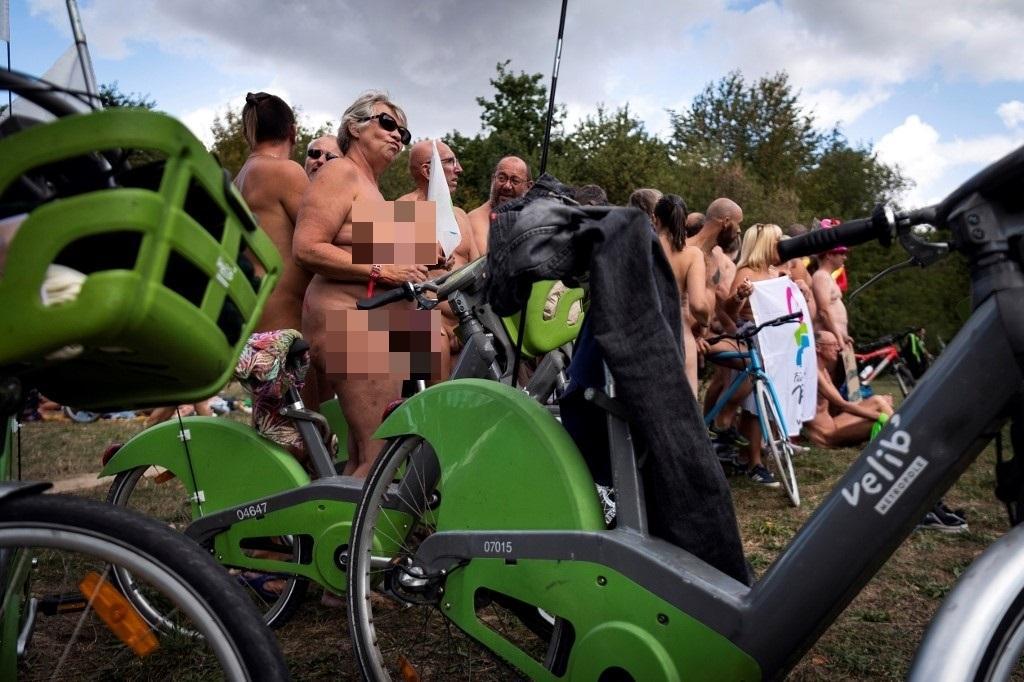 A Parigi la prima biciclettata dei naturisti contro i cambiamenti climatici