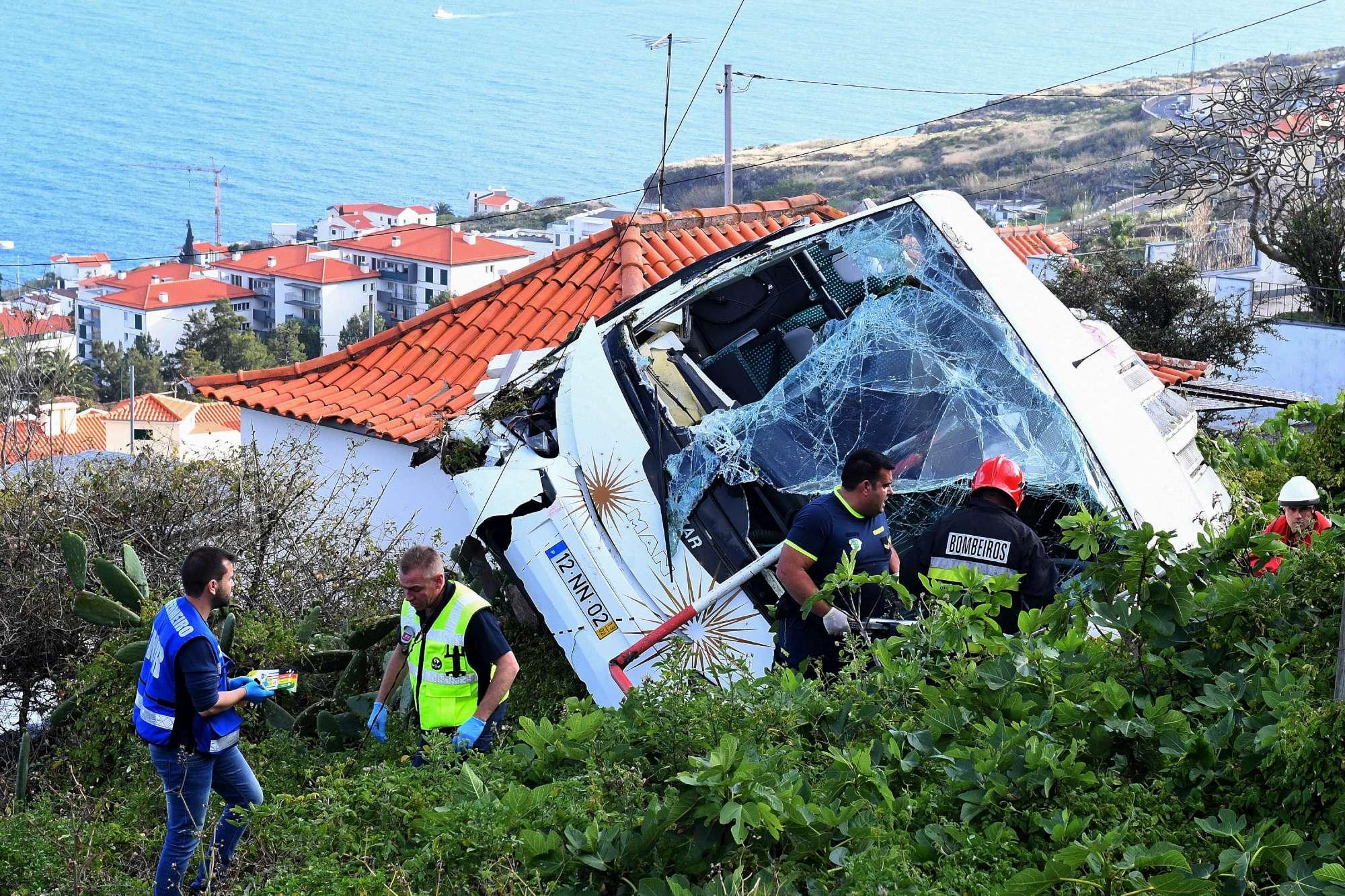 Portogallo, bus turistico in una scarpata a Madeira