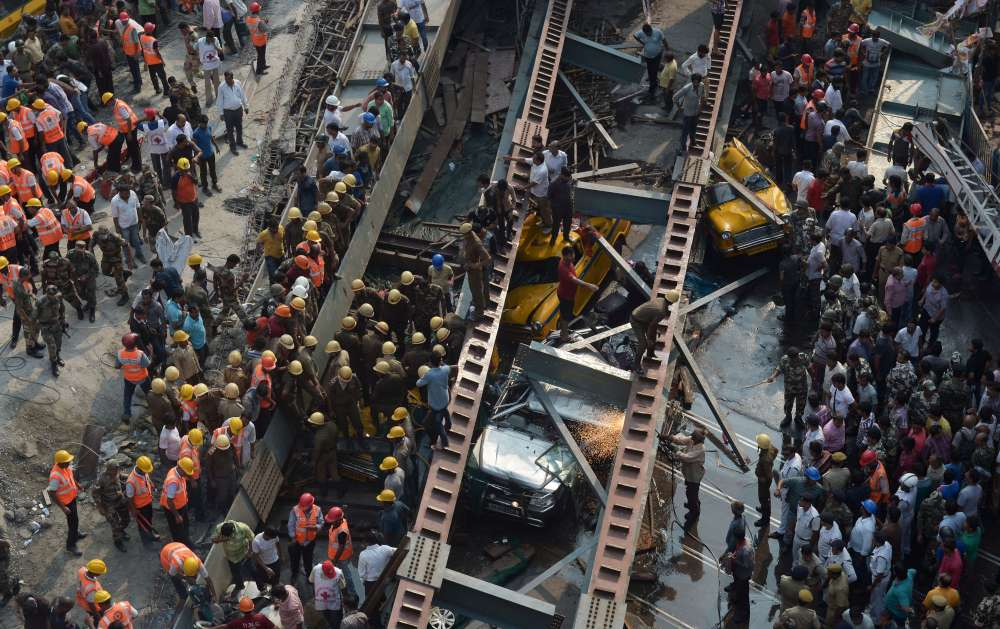India, crolla un cavalcavia a Calcutta: almeno 21 morti e 150 dispersi