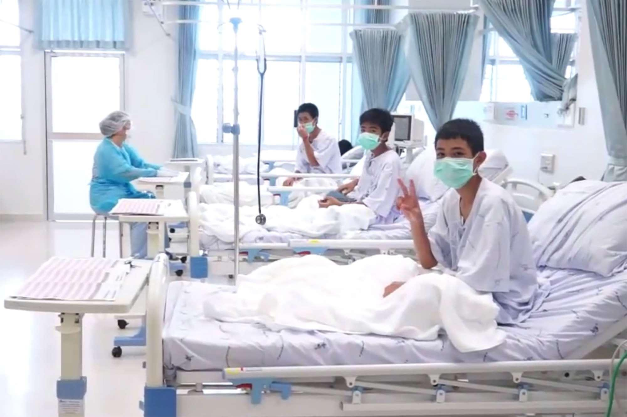 Thailandia, i ragazzi il giorno dopo il salvataggio: le prime foto dall ospedale