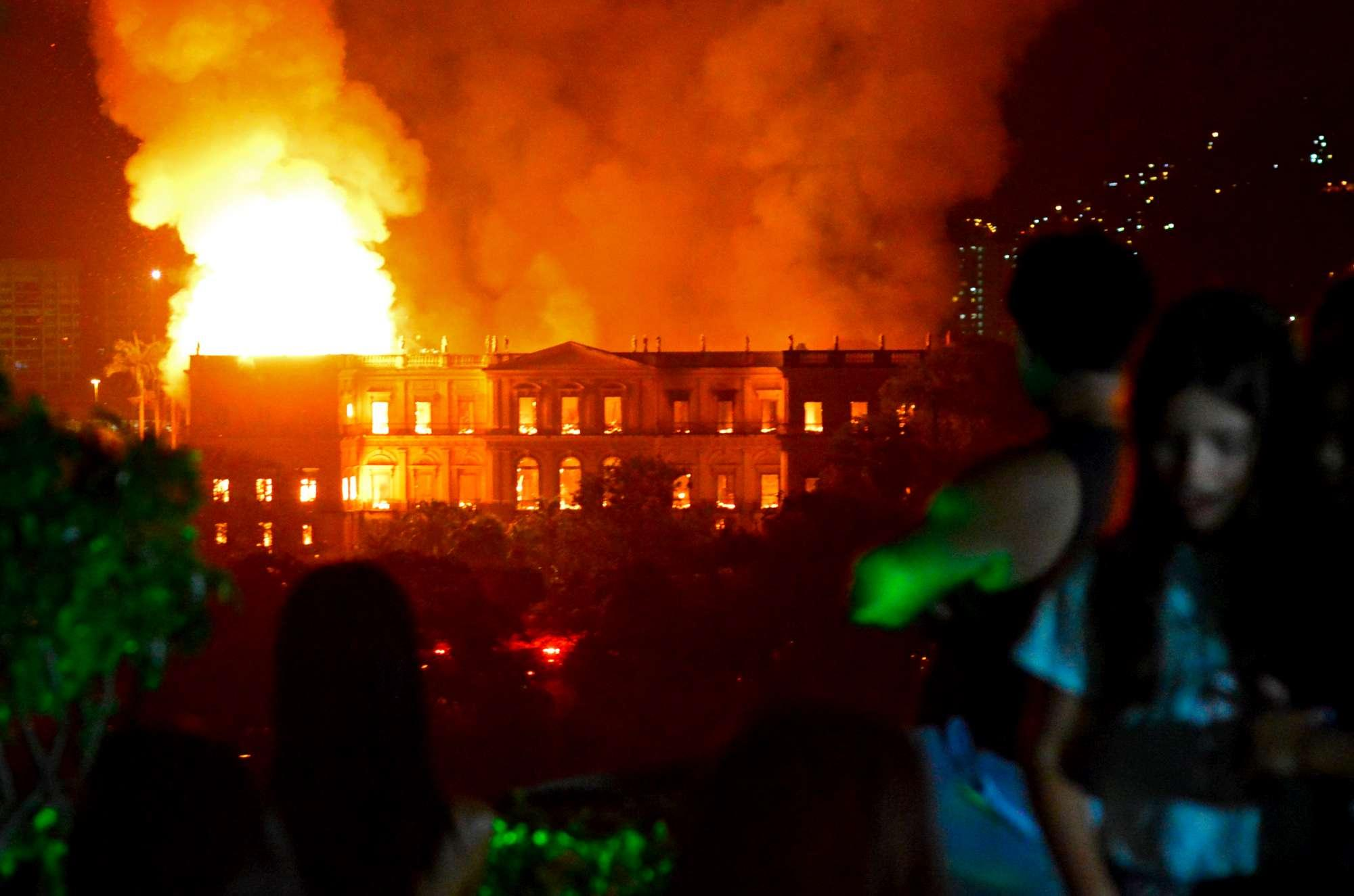 Le fiamme distruggono il museo nazionale di Rio