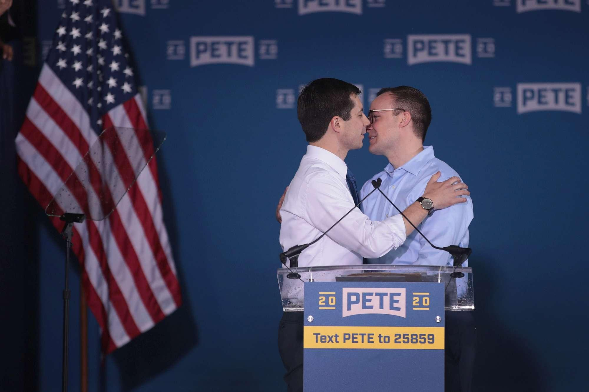 Usa, il candidato dem Buttigieg bacia il marito in diretta tv: vice di Trump va all attacco