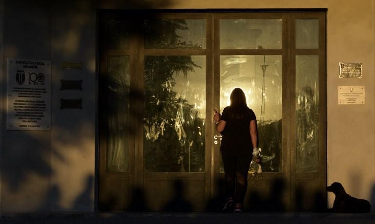 Alla camera ardente di Emiliano Sala il cane  veglia  il suo padrone