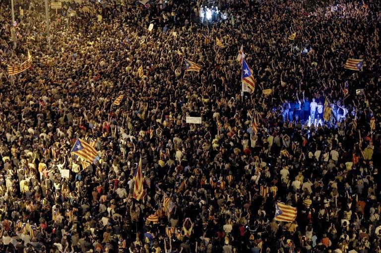 Notte di tensione a Barcellona, scontri tra agenti e manifestanti