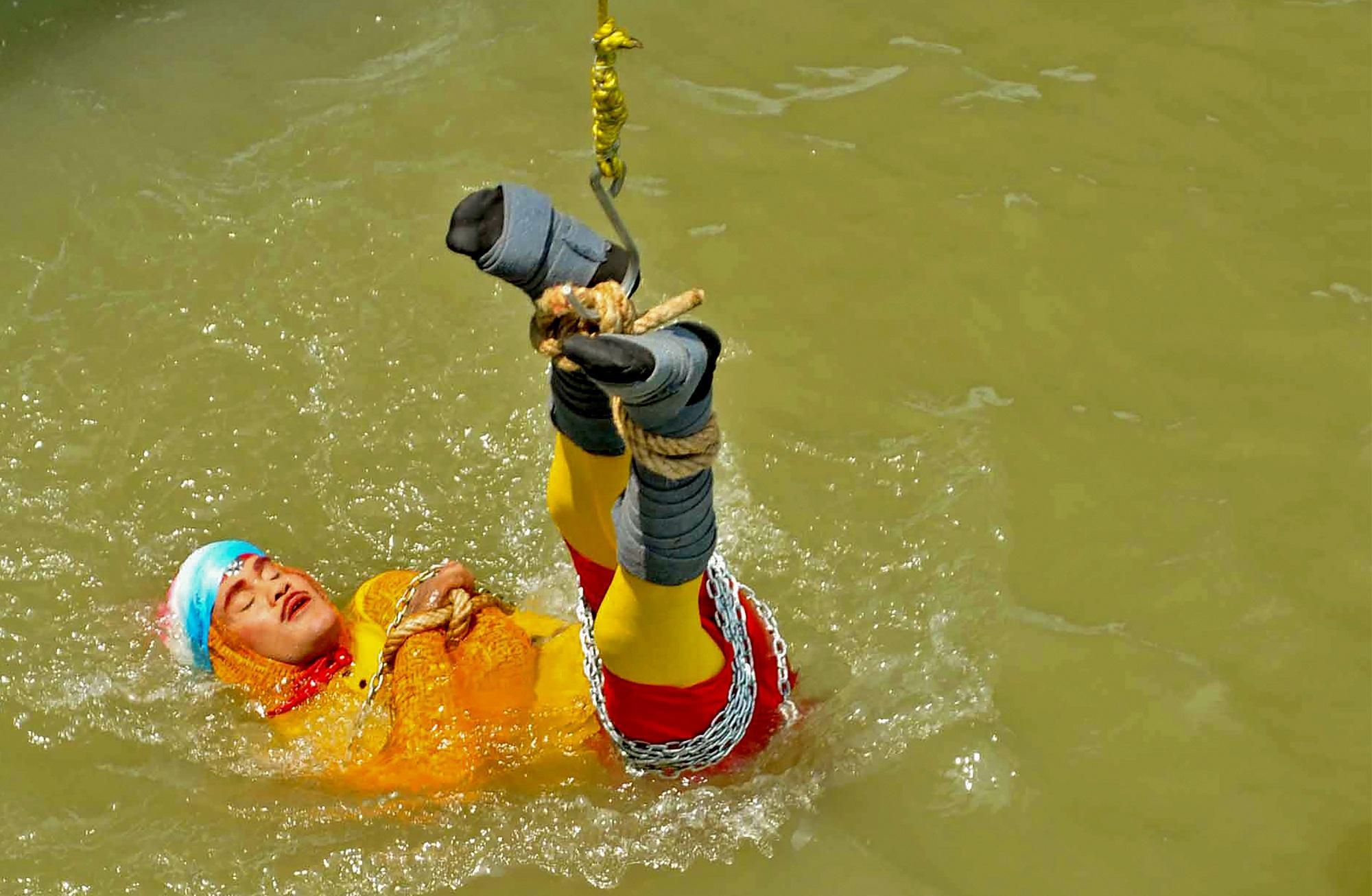India: si immerge nel fiume incatenato, ore d ansia per l illusionista scomparso