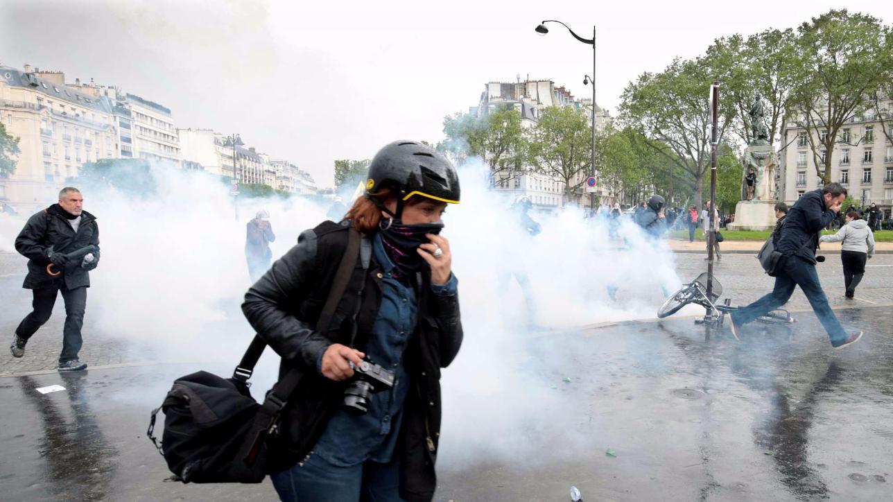 Parigi, scontri durante la protesta contro la riforma del lavoro