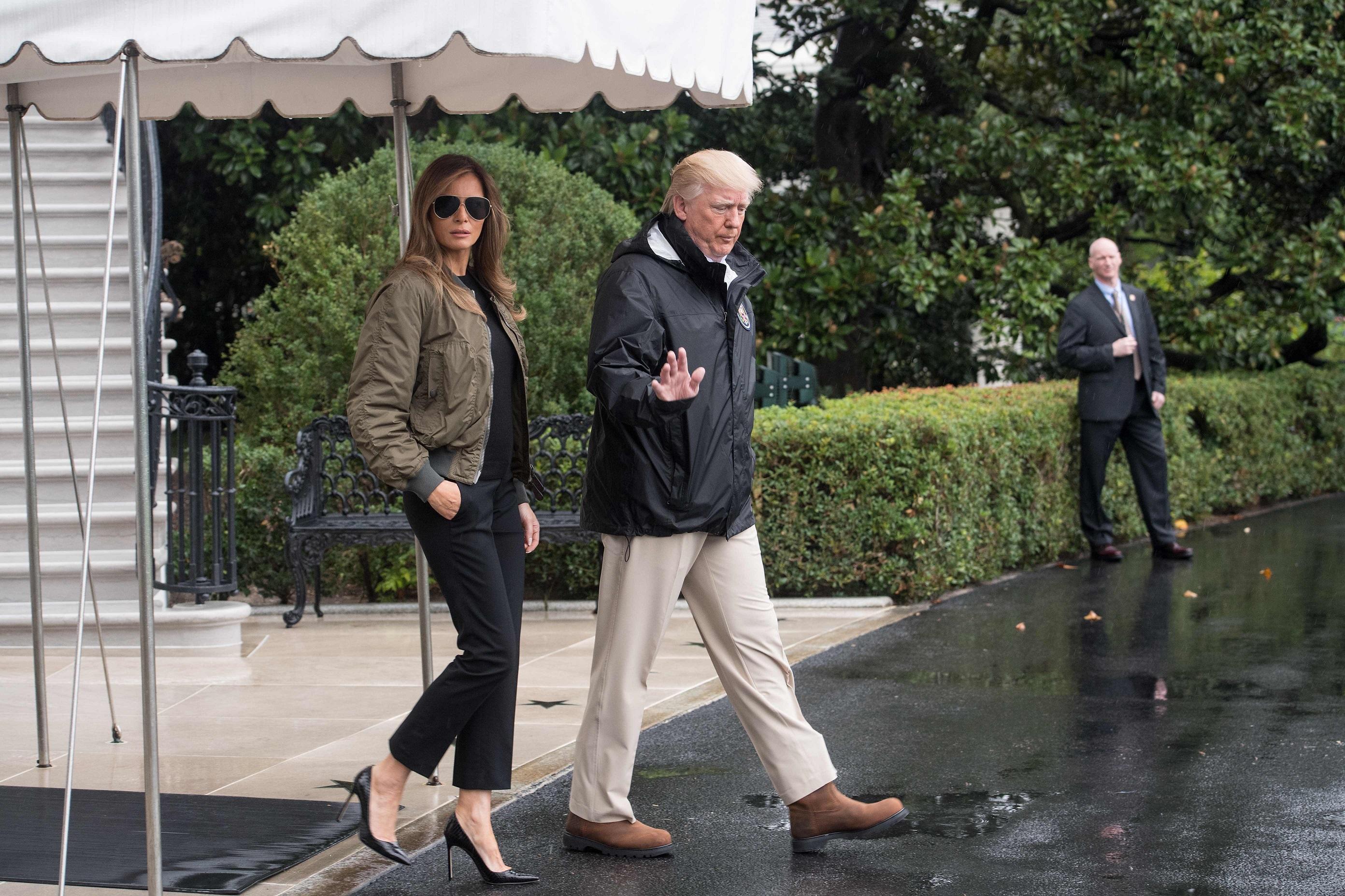 Dai tacchi a spillo alle sneakers: cambio di scarpe in aereo per Melania Trump
