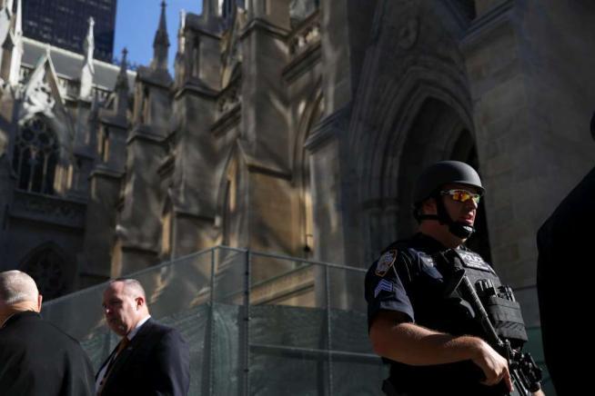 New York in festa per l'arrivo del Papa Strage La Mecca,