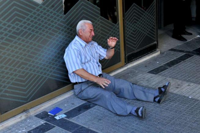 Grecia, ricco imprenditore riconosce il pensionato in lacrime: