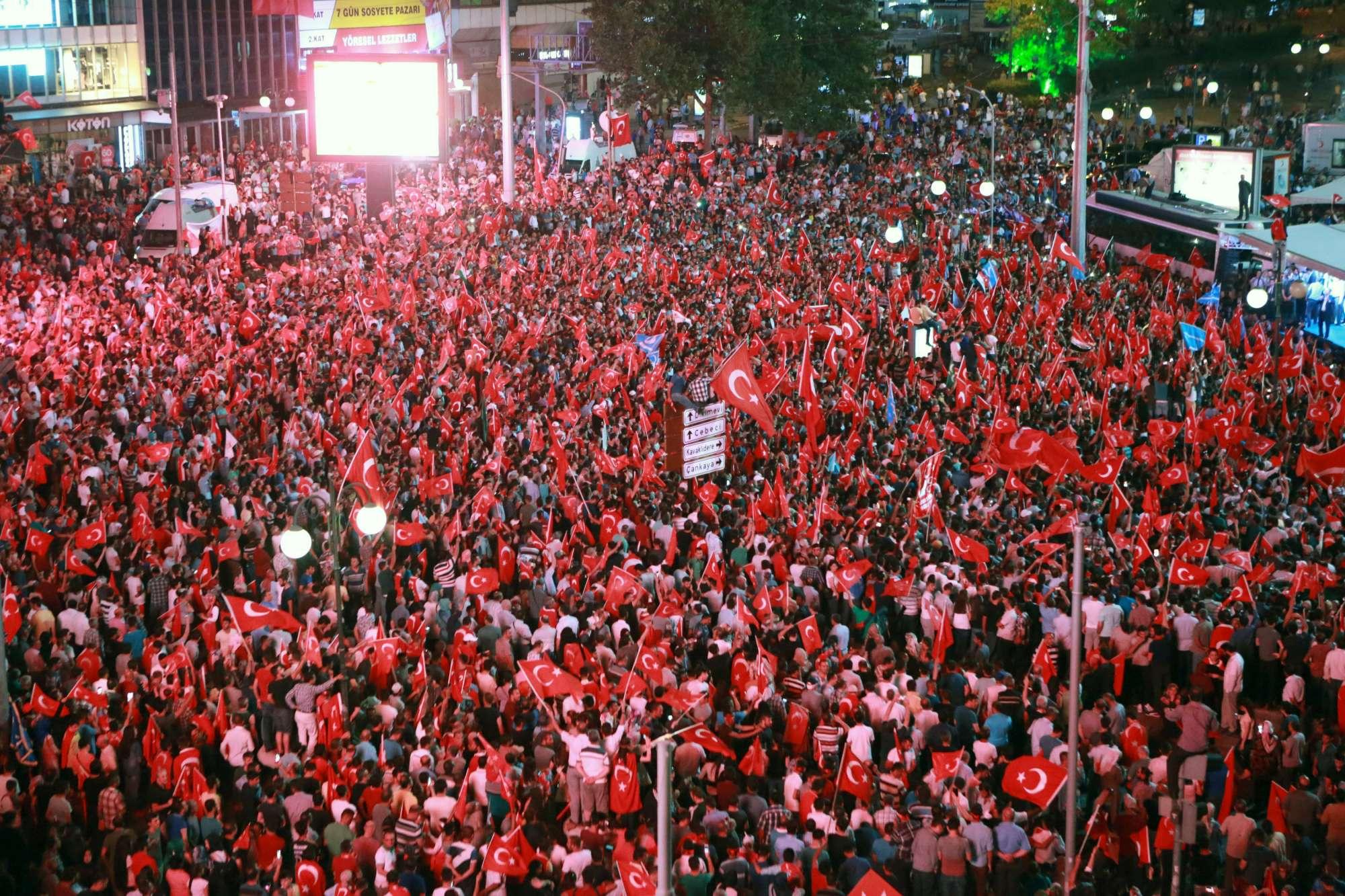 Turchia, migliaia in piazza per festeggiare il fallimento del golpe