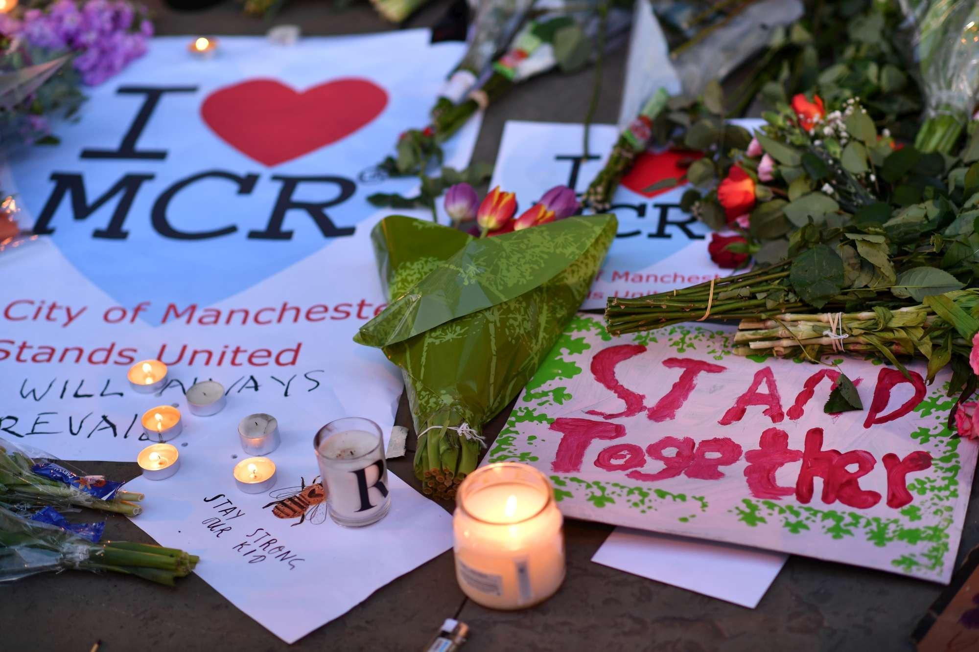 Strage di Manchester, in migliaia alla veglia per le vittime