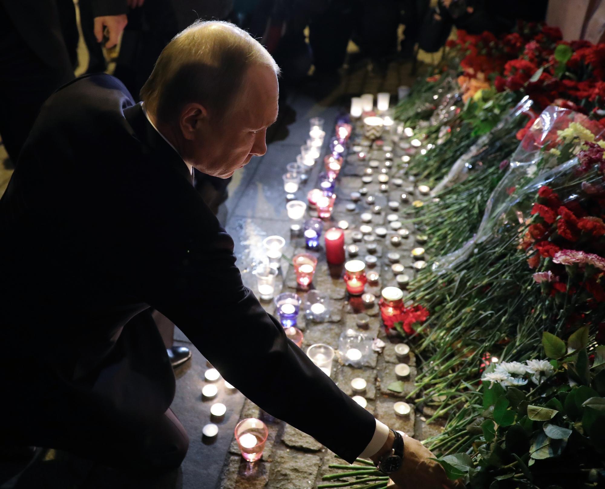 San Pietroburgo, Putin depone fiori sul luogo dell attentato