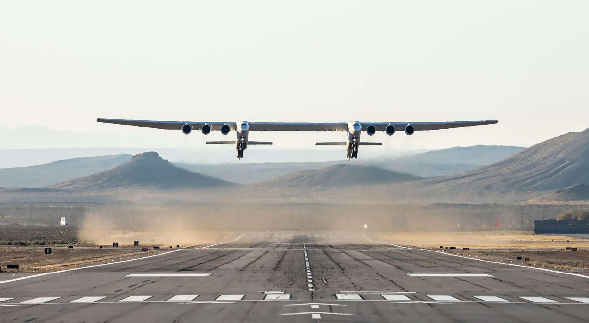 California, primo volo per l'aereo più grande del mondo