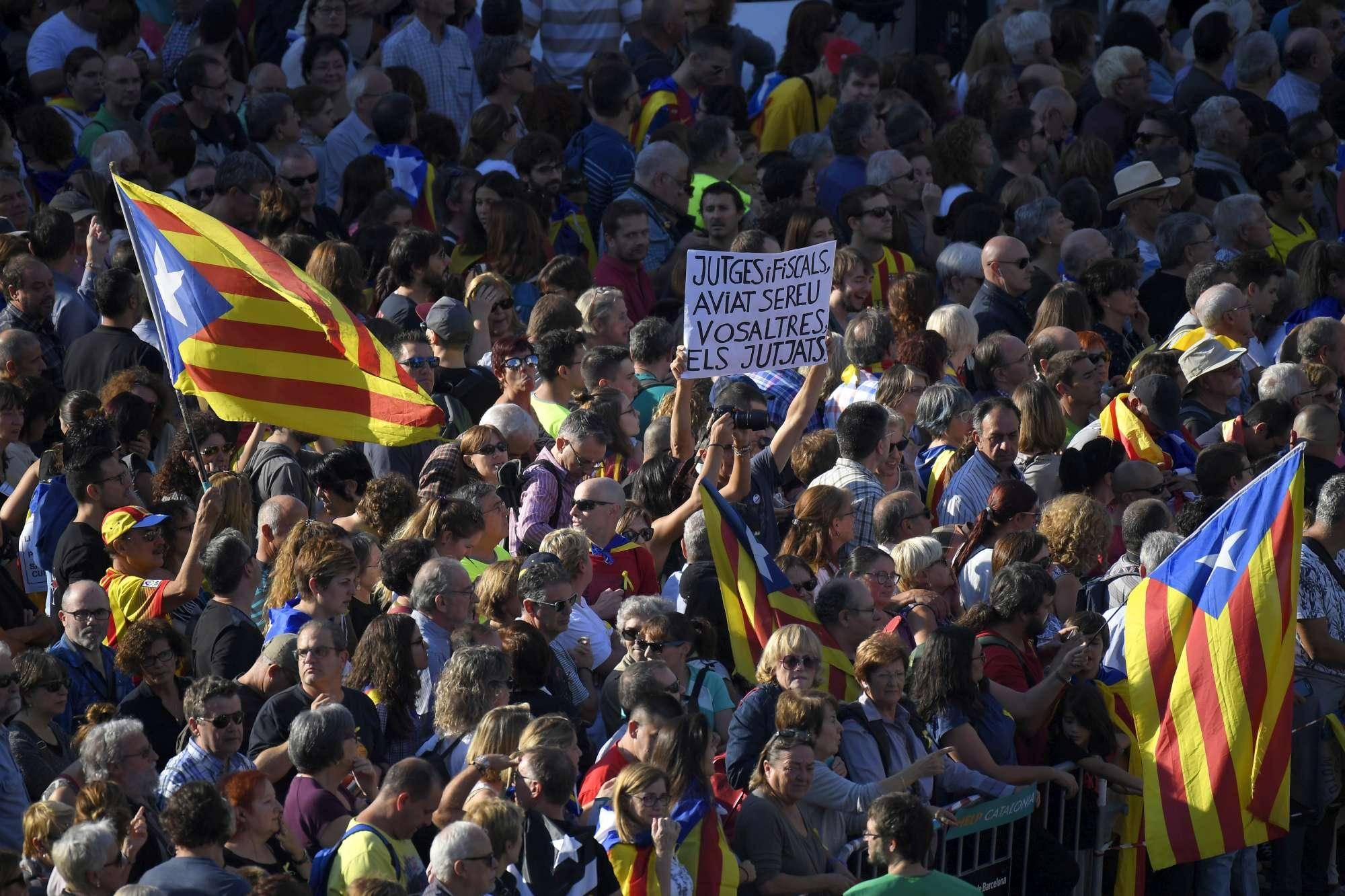 Barcellona, 450mila persone alla manifestazione contro il commissariamento