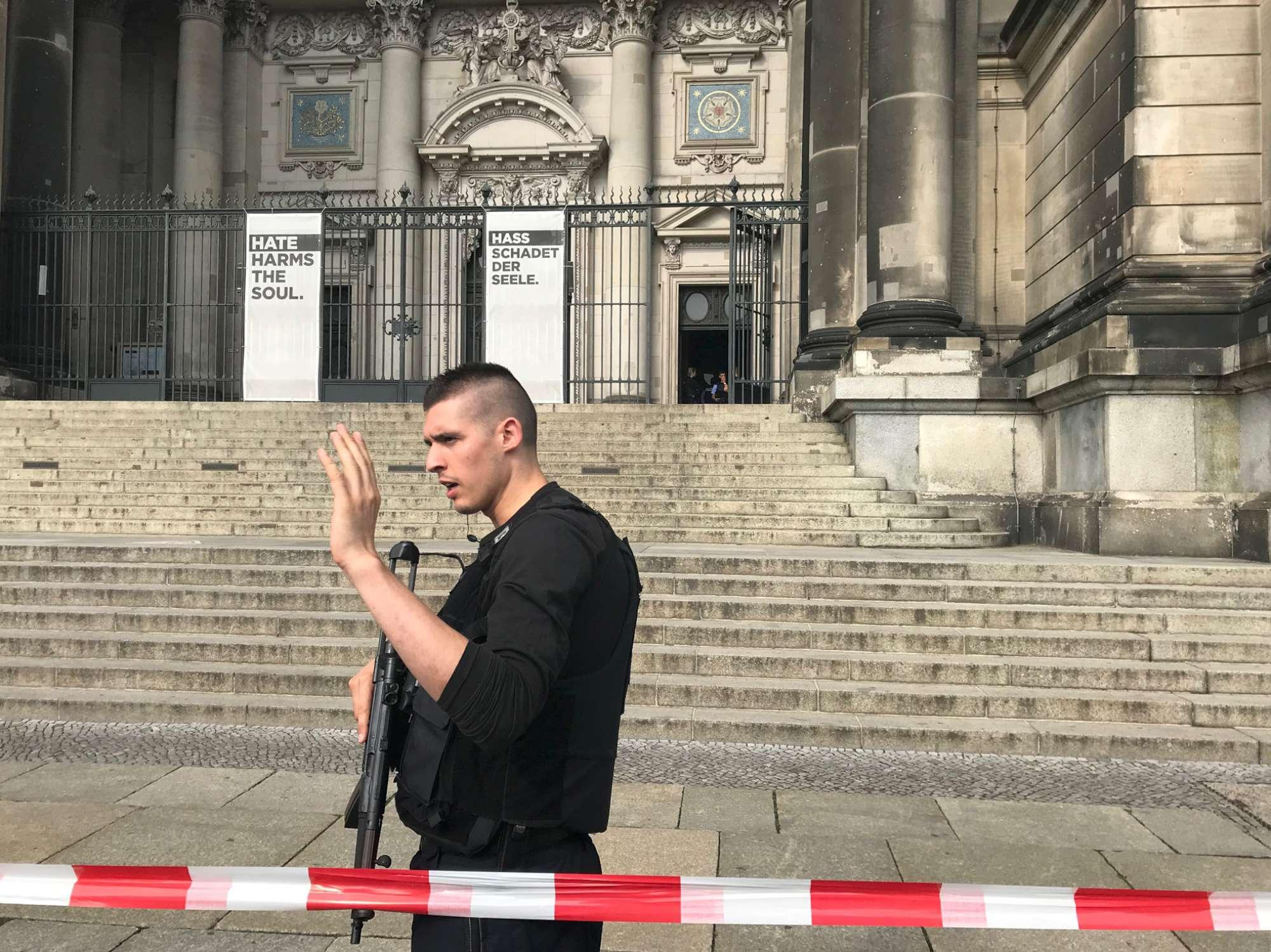 Berlino, agente spara a un uomo in Duomo