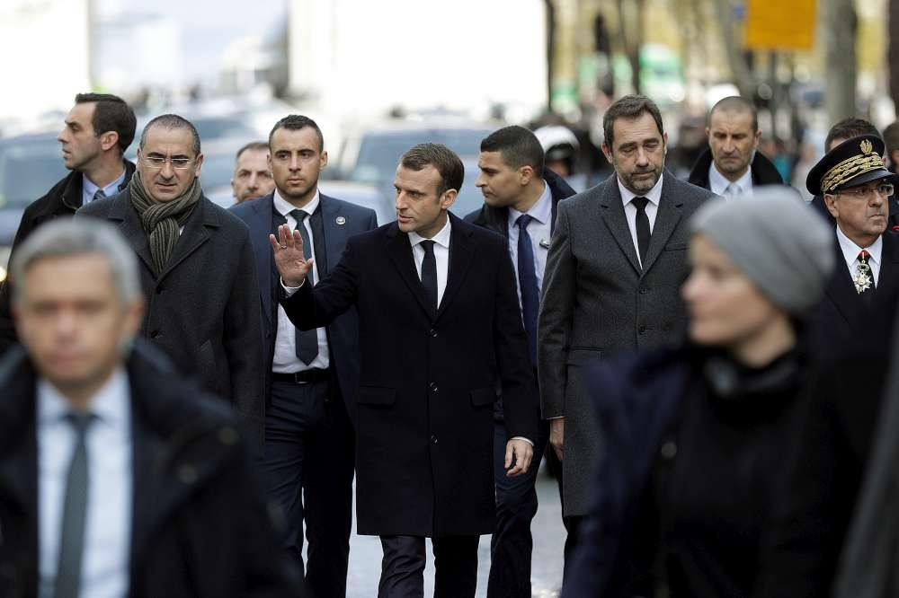 Gilet gialli, Emmanuel Macron all'Arco di Trionfo dopo le violenze