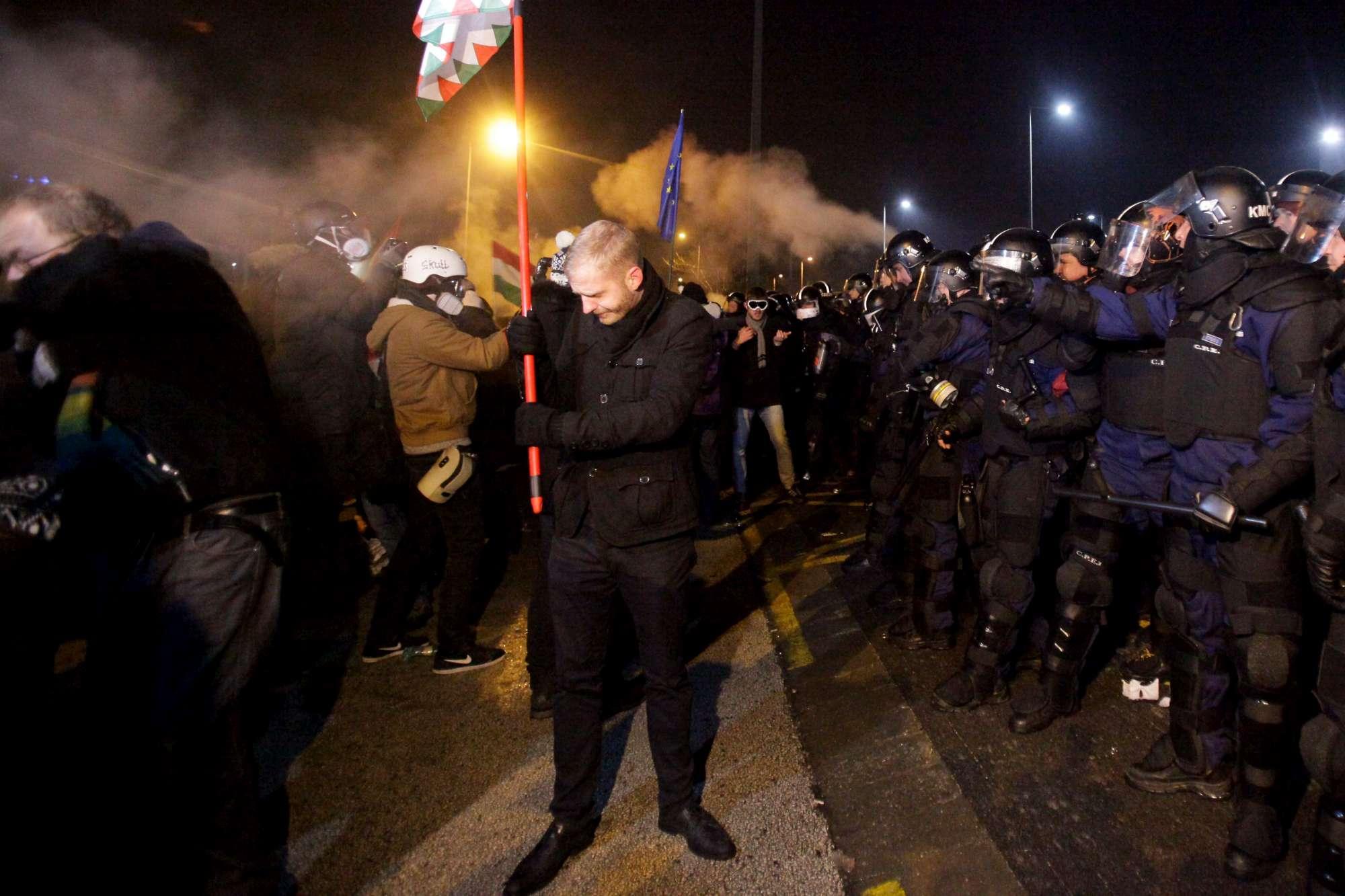 Migliaia a Budapest contro Orban, 2 deputati picchiati