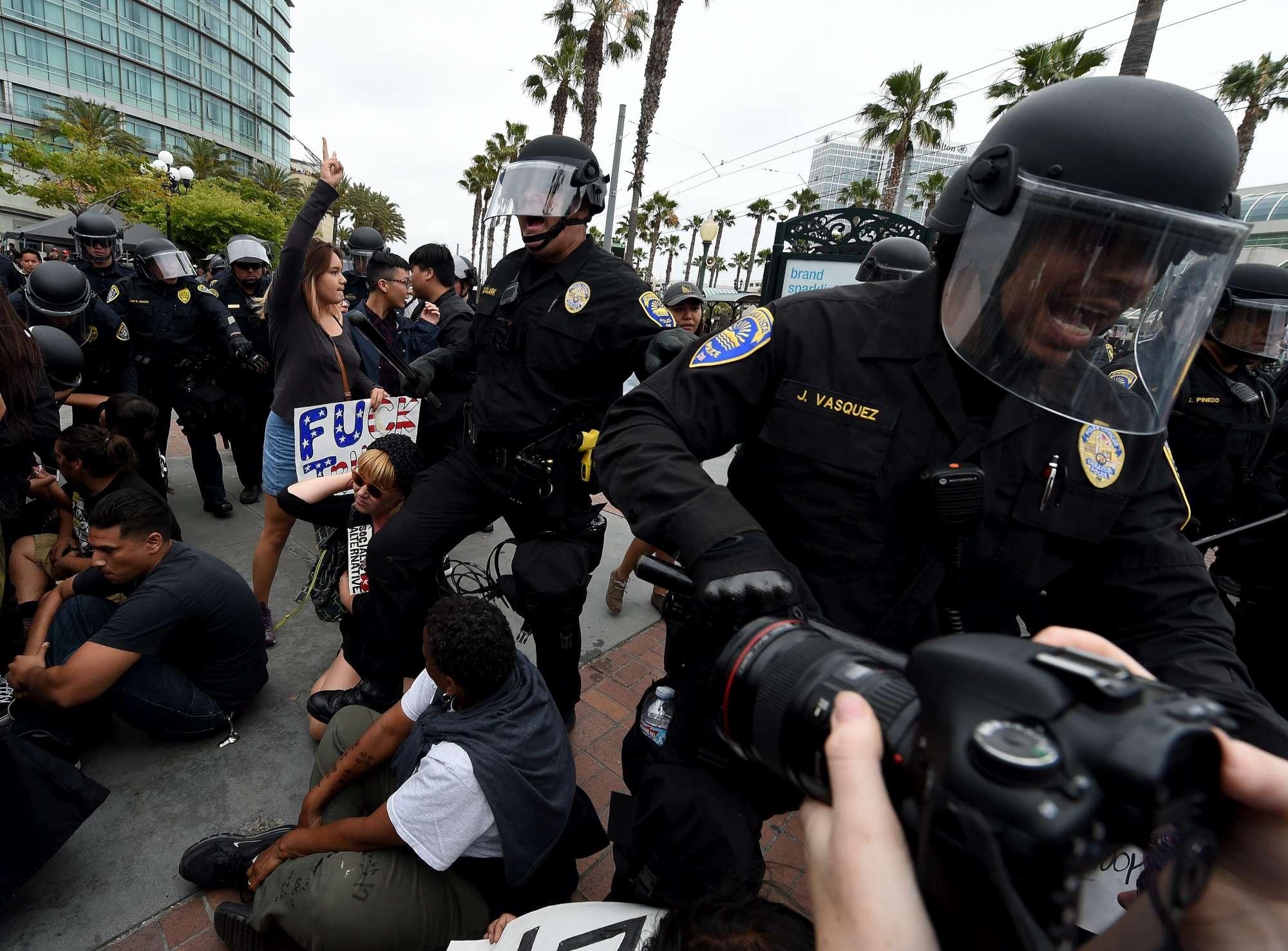 Scontri e arresti a San Diego durante un comizio di Donald Trump