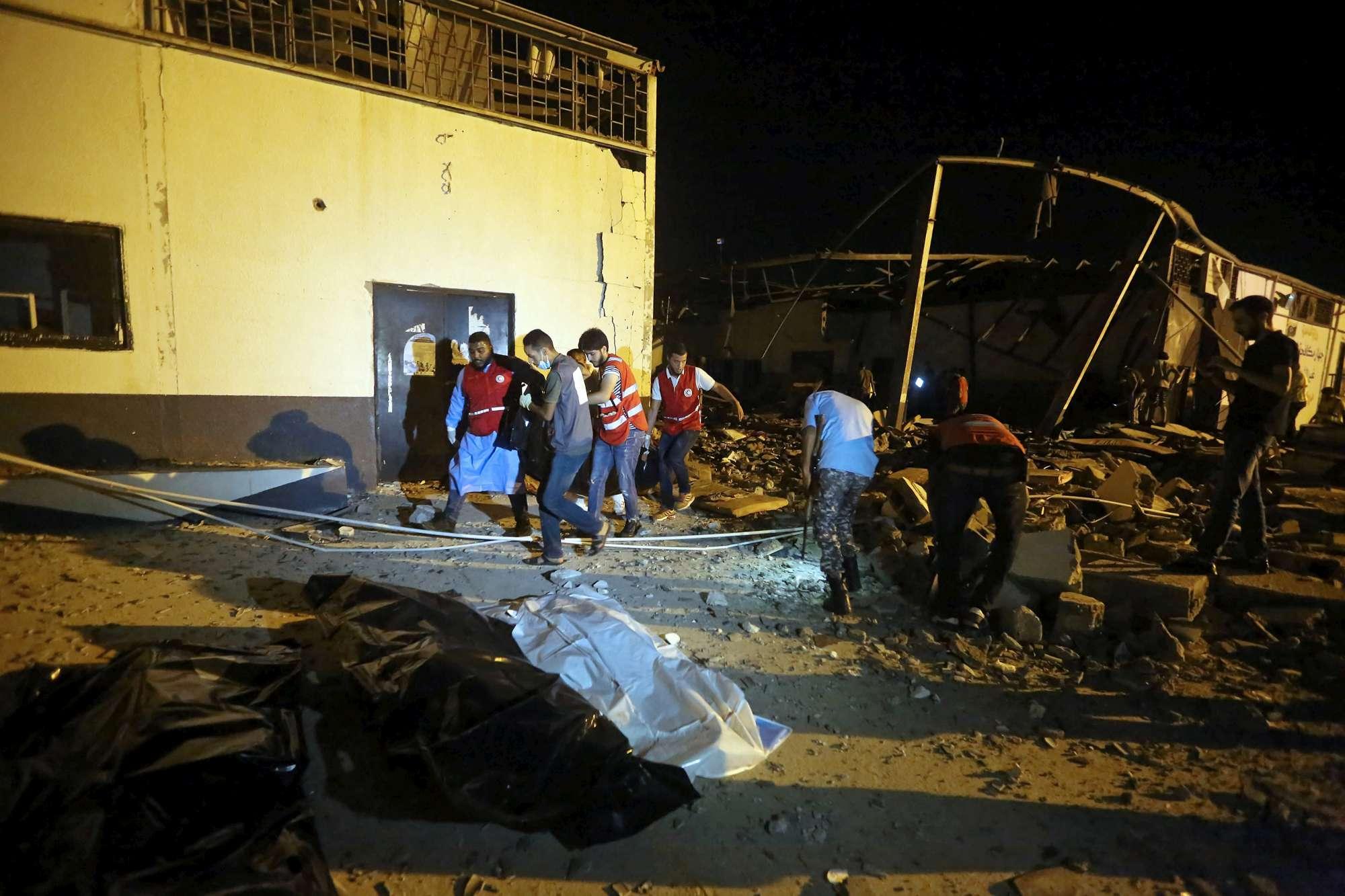 Libia, raid su un centro detenzione per migranti vicino a Tripoli: decine di morti
