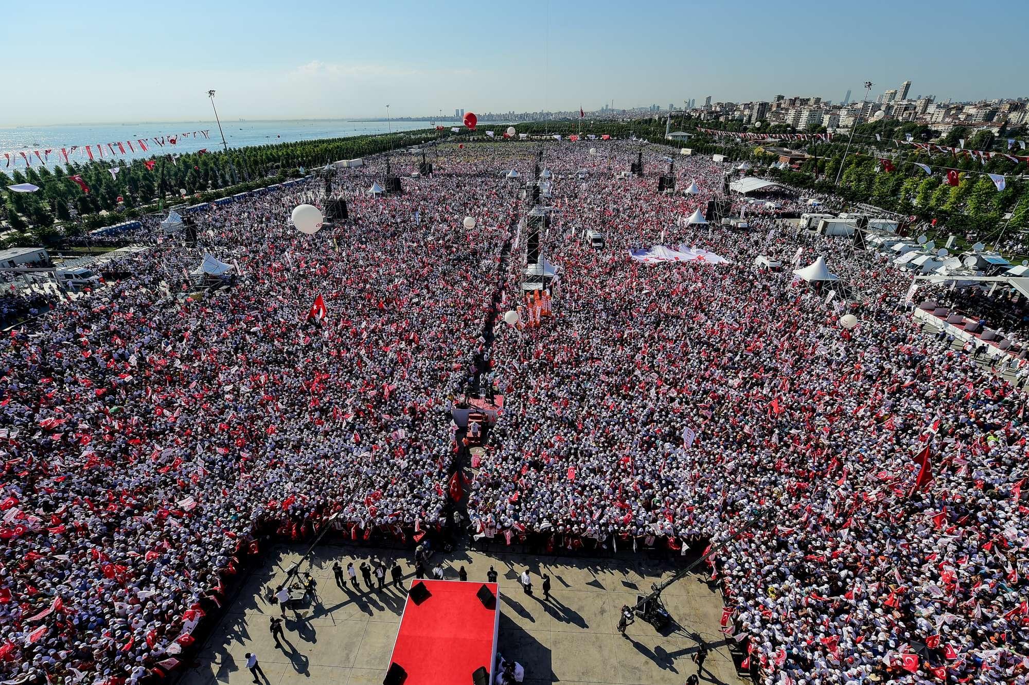 A Istanbul  marcia per la giustizia : folla in piazza contro Erdogan
