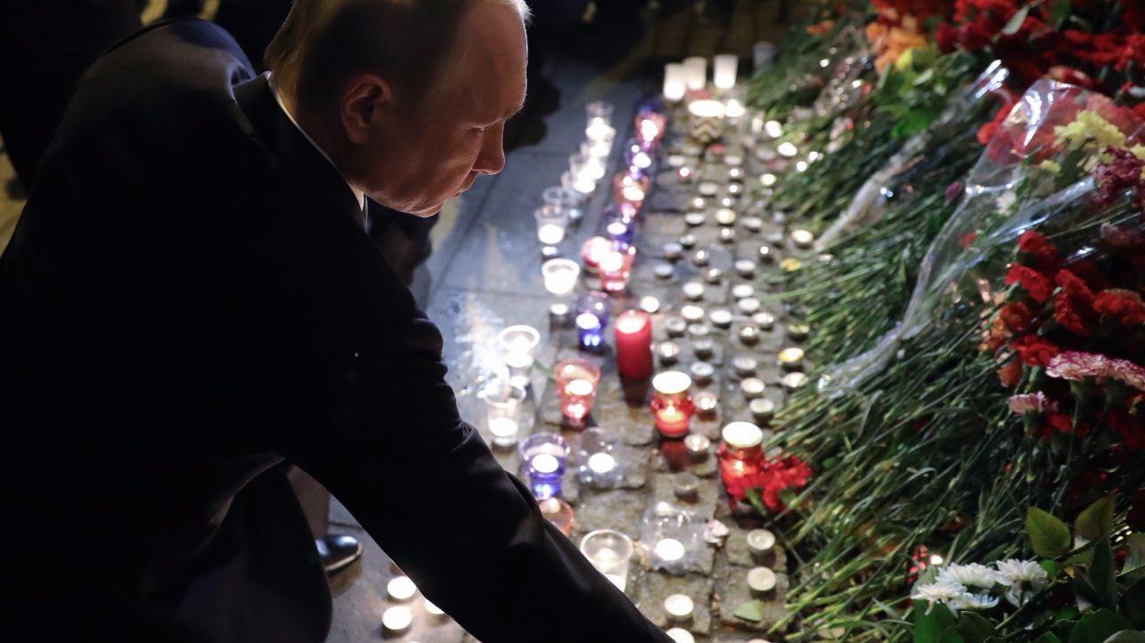 San Pietroburgo, Putin depone fiori sul luogo dell'attentato