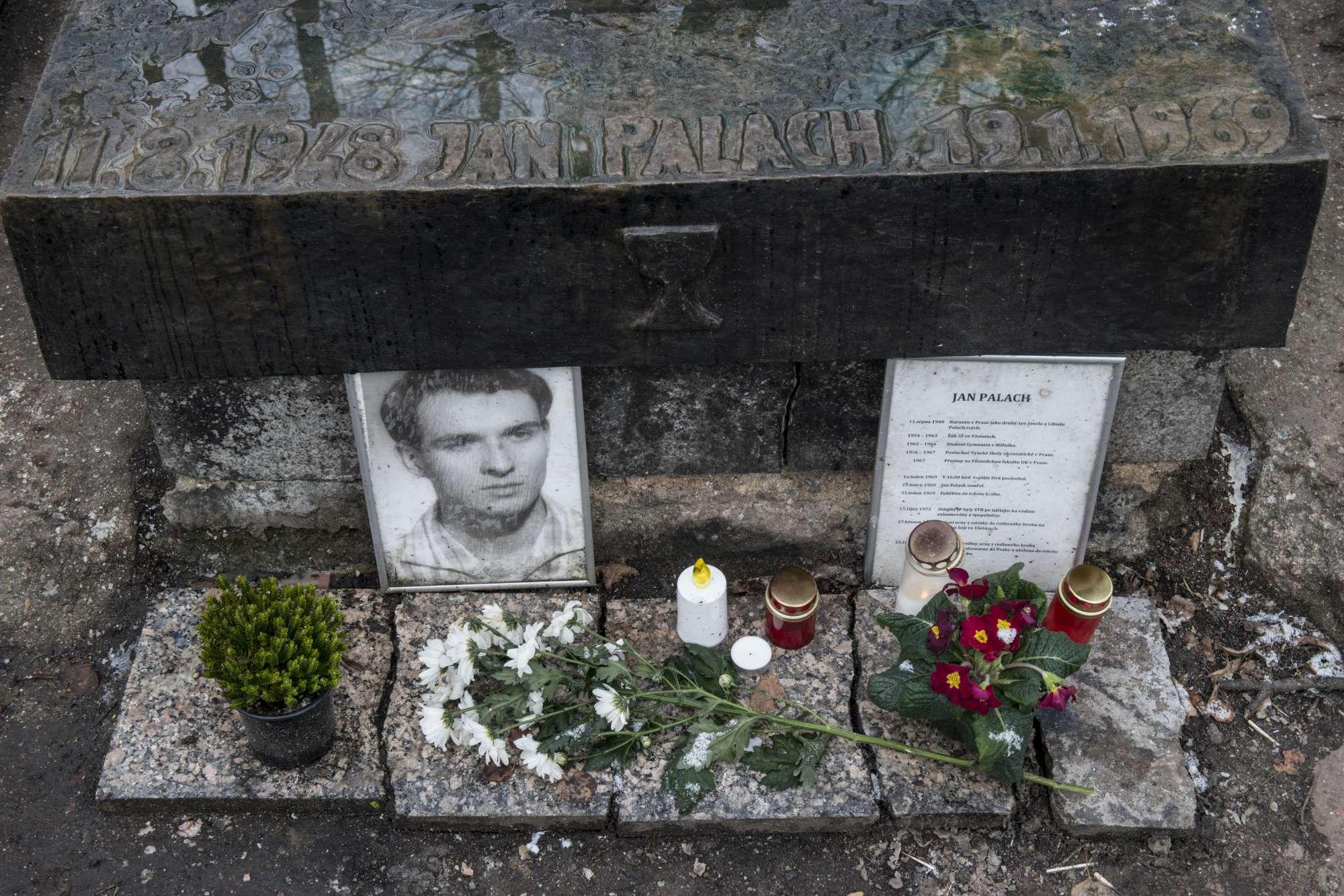 Praga, 50 anni fa lo studente Jan Palach si diede fuoco contro l occupazione sovietica